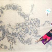 Ravenna, l'artista Enrico Mazzone dipinge il complesso delle Malebranche nell'opera della Divina Commedia disegnata a matita su carta 97 metri per 4 all'interno del Mercato Coperto.