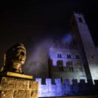 """Castello di Poppi (AR), busto di Dante. """"Qual forza o qual ventura ti travïò sì fuor di Campaldino, che non si seppe mai tua sepultura?"""" (Purgatorio V 91-93)"""