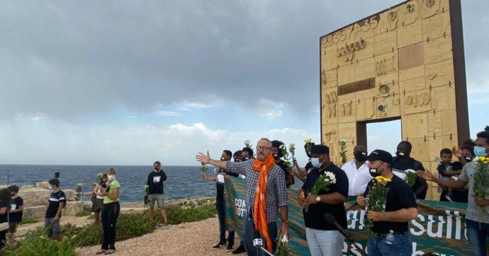 Lampedusa, sette anni dopo il naufragio del 3 ottobre: i sopravvissuti e 50 studenti gettano fiori in mare per non dimenticare la strage