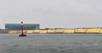 Venezia, alzate per la prima volta le dighe del Mose per fronteggiare l'acqua alta: le immagini