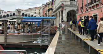 """Venezia, si alza il Mose: Piazza San Marco all'asciutto. Commercianti: """"Eravamo preparati al peggio. Ora speriamo che continui a funzionare"""""""