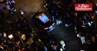 Napoli, caos e assembramenti nella piazza della movida: alcolici dopo le 22 e niente distanze nonostante le nuove misure