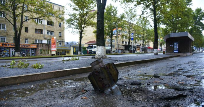 """Nagorno-Karabakh, Canada blocca l'export di armi verso la Turchia. Ankara: """"Usano doppio standard"""". Amnesty: """"Usate bombe a grappolo"""""""