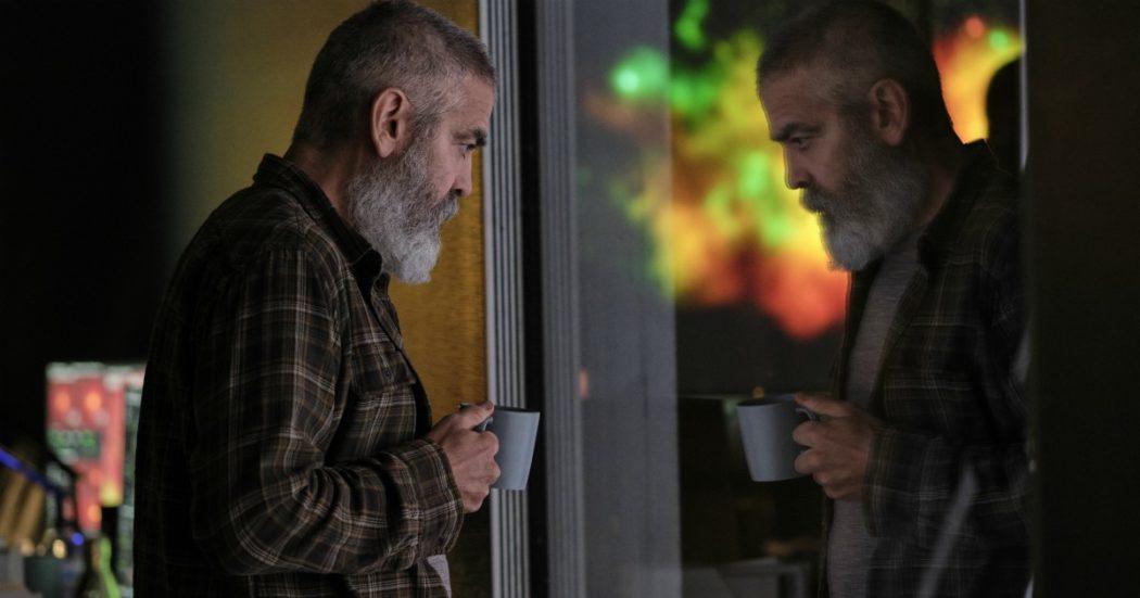 """George Clooney: """"Ho aspettato per 20 minuti in ginocchio, poi le ho detto 'guarda che mi spezzi i fianchi'"""""""