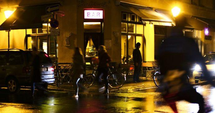 """Coronavirus, record di casi in Francia: +18.746 in 24 ore. Macron: """"Verso altre restrizioni"""". Serrata di bar e ristoranti in Scozia"""