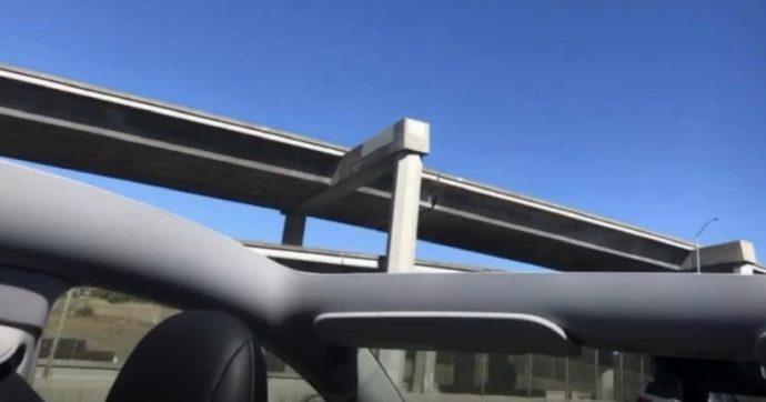 Compra una Tesla Model Y e va in autostrada: all'improvviso il tetto dell'auto si stacca e vola via