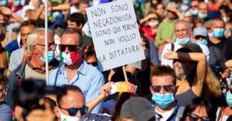 """Manifestazione 'no mask' a Roma: tensioni con la polizia. E gli organizzatori dal palco: """"Rispettare regole, tenete su le mascherine"""""""