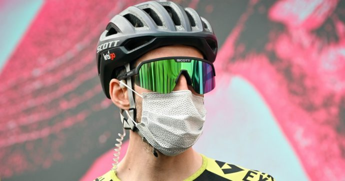 """Simon Yates positivo al coronavirus: si ritira dal Giro d'Italia. E ora scatta l'allarme nella """"bolla"""" della corsa rosa"""