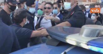 """Roma, sovranisti e No mask contro la """"dittatura sanitaria"""". La polizia allontana un manifestante, la piazza insorge"""