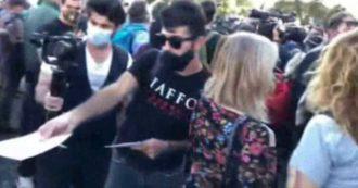 Roma, alla manifestazione No Mask un ragazzo distribuisce volantini delle onoranze funebri Taffo. La reazione dei dimostranti