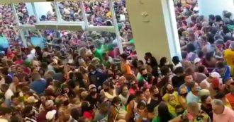 Brasile, migliaia di persone all'apertura di un grande magazzino.  Le immagini del mega raduno che fanno discutere