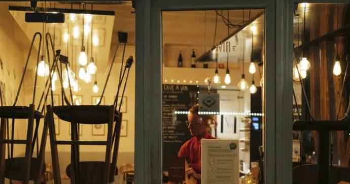 Coronavirus, barista abbassa la mascherina per fumare fuori dal locale: multa di 400 euro
