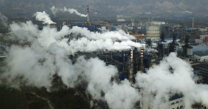 Emissioni, nei Paesi del G20 sono in lieve calo per la prima volta. Ma non basta: Italia terza per morti dovuti a eventi climatici estremi