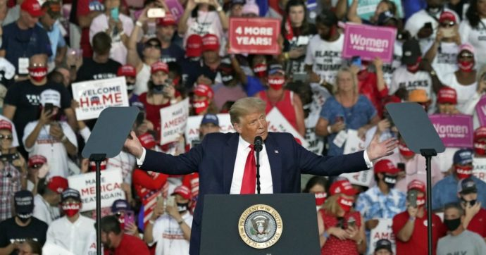 """""""Sono guarito, vi bacerei tutti"""": Trump, primo comizio in Florida dopo il contagio. E sale sull'Air Force One senza mascherina"""