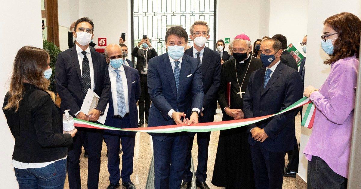 """Conte a Taranto per il rilancio green: """"Svolta che servirà anche per l'ex Ilva"""""""
