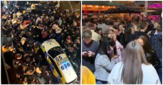 Coronavirus, follia a Liverpool nella notte prima della chiusura: feste in strada senza mascherina e slogan anti-lockdown. Le immagini