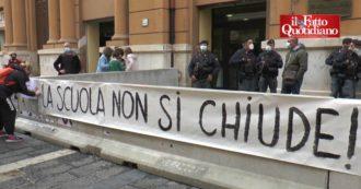 """Napoli, mamme e docenti in piazza contro De Luca: """"La scuola è priorità, non un problema"""". Gli studenti: """"Didattica a distanza non funziona"""""""