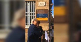 Sgarbi ad Urbino, canta senza maschera in strada insieme al sindaco e viola le regole anti-Covid. Polemica dell'opposizione - Video