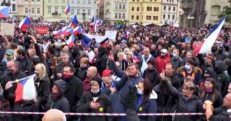Coronavirus, migliaia di manifestanti a Praga protestano contro le restrizioni: la Repubblica Ceca ha il più alto tasso di contagio in Europa