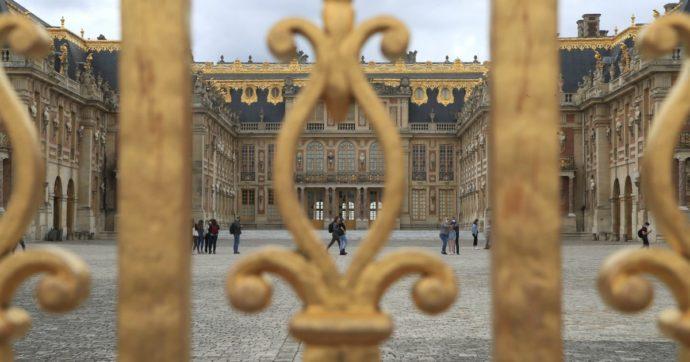 """Arriva a Versailles in taxi, scala il muro della Reggia e con una bandiera in mano urla: """"Sono il re"""". Arrestato"""