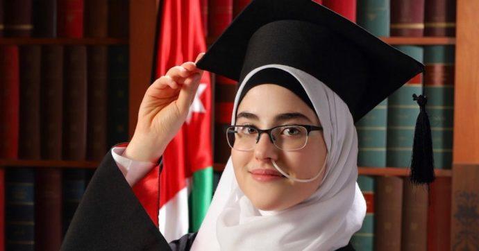 Israa Altayeh, la 18enne che ha diagnosticato da sola la sua malattia cronica: ha studiato più di 200 libri. Nessun medico ci era riuscito