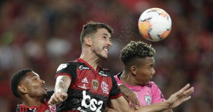 Si scontra con un avversario e inizia a perdere sangue dai testicoli: brutto infortunio per un calciatore del Flamengo