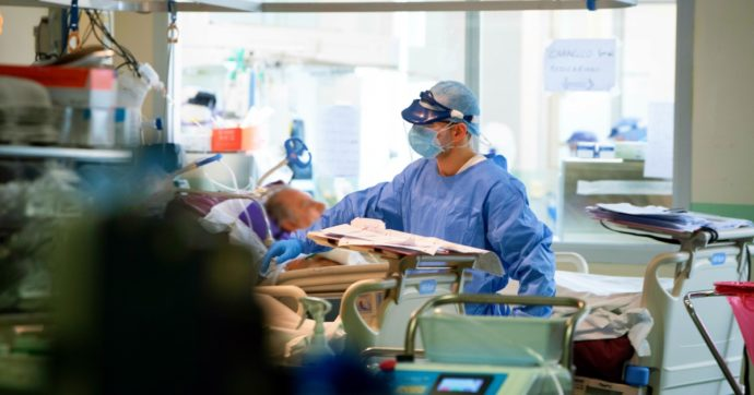 Coronavirus, altri 16.308 contagi e 553 morti. La curva non scende più: da lunedì a oggi gli stessi casi di settimana scorsa