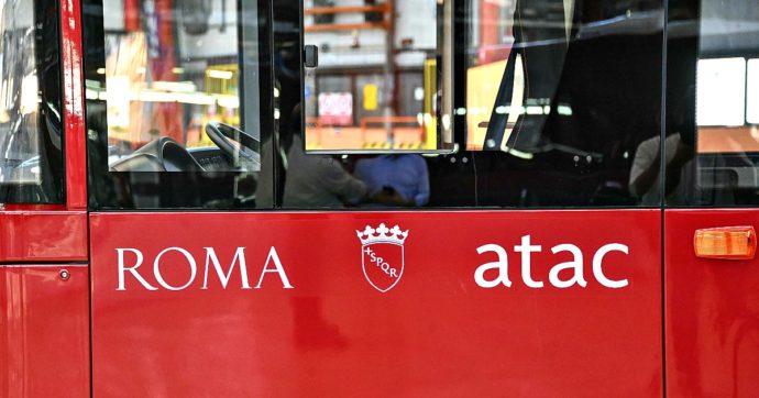 """Roma, """"sei in ritardo"""": offendono e minacciano l'autista Atac, poi prendono a sassate il bus"""