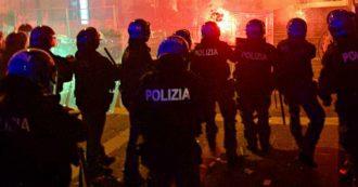 Napoli, ancora proteste contro le restrizioni: tre bombe carta contro la polizia. Manifestanti respinti con una carica