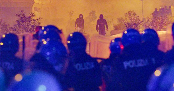 Proteste a Napoli contro le misure di De Luca: il corteo, poi lancio di fumogeni e scontri con le forze dell'ordine. Due arresti, 7 agenti feriti