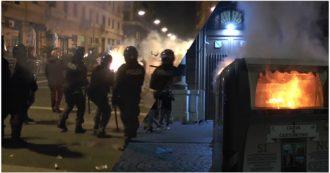 Guerriglia urbana a Napoli nelle protesta contro il coprifuoco: cassonetti a fuoco e lancio di sassi e bottiglie contro la polizia. Il video