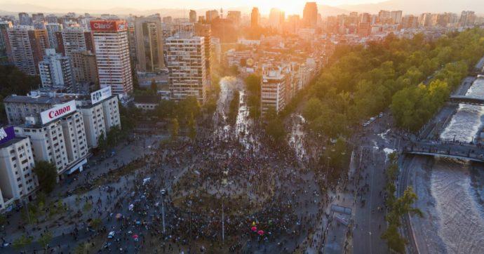 Il Cile sceglie di cambiare la Costituzione iper-liberista varata da Pinochet. Il sì alle modifiche stravince con il 78% dei voti