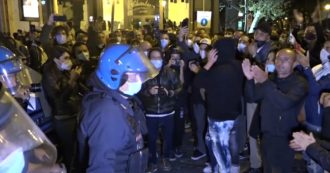 """Napoli, terzo giorno di proteste: migliaia di persone in corteo contro le misure anti Covid. """"Chiusure danneggiano tutti, è una catena"""""""