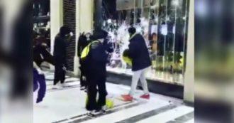 Torino, sfondano le vetrine di Gucci e Louis Vitton: poi saccheggiano i negozi. Le immagini