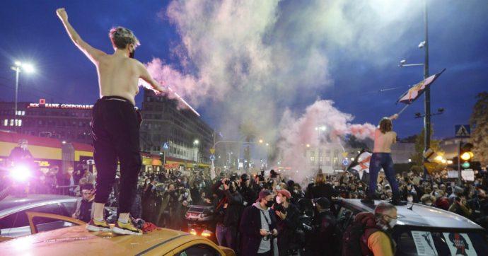 Polonia, premier condanna le proteste contro la legge sull'aborto e convoca l'esercito. Tensioni in Parlamento