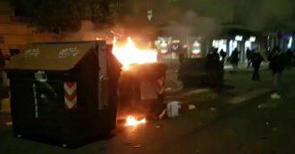 Roma, scontri in piazza del Popolo alla manifestazione contro le chiusure: bombe carta e cassonetti a fuoco. Polizia usa idranti