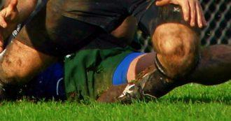 Domeniche bestiali – È calcio ma sembra rugby: così il dirigente ferma l'attaccante avversario involato verso la porta