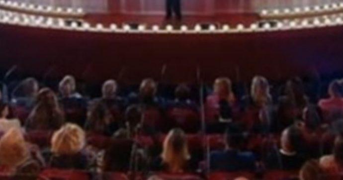 """Al Maurizio Costanzo Show il teatro e pieno e il pubblico senza mascherine. """"La provocazione"""" del conduttore"""