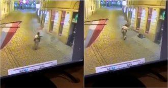 Attentato Vienna, un uomo armato si aggira per il centro e uccide un passante a sangue freddo – video