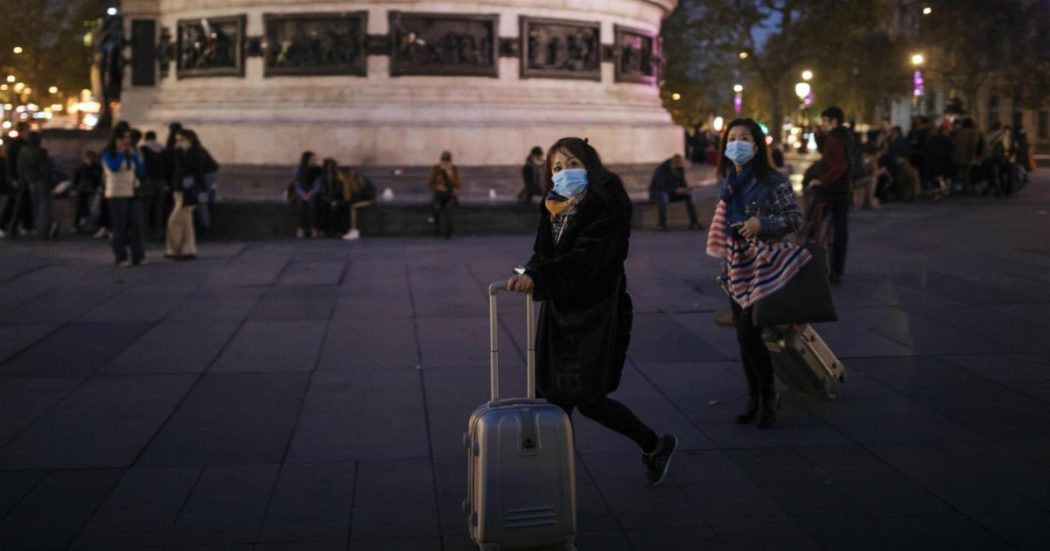 """Coronavirus, Francia: oltre 52mila nuovi contagi, 416 morti. Cts: """"La seconda ondata non sarà l'ultima"""". Germania, 12mila casi. 19mila in Uk"""