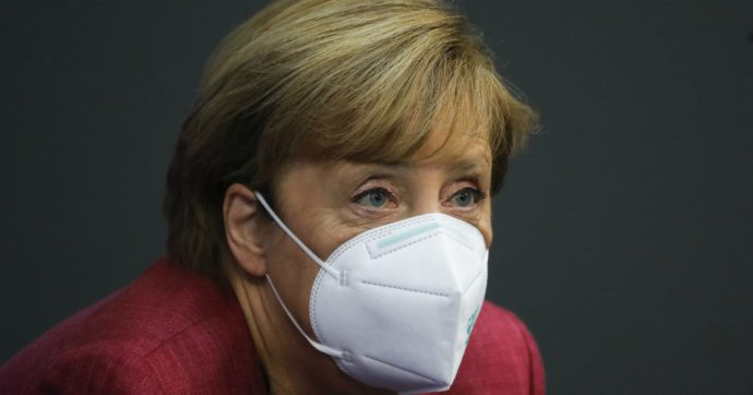 """Covid, Merkel studia una strategia per Natale. """"Alcune libertà, ma la situazione non precipiti. Per Capodanno decisioni molto difficili"""""""