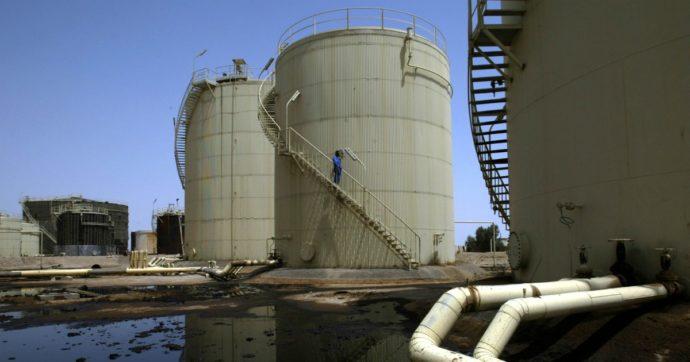 Petrolio ancora in discesa su attese elezioni Usa e ripresa produzione Libia. Mosca paga il conto: rublo ai minimi dal 2014