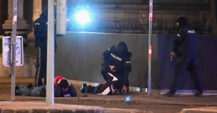 """Attentato a Vienna: ci sono morti e feriti. Spari in centro: """"Attacco in 6 punti della capitale"""". Il governo: """"Azione in corso, caccia all'uomo"""""""