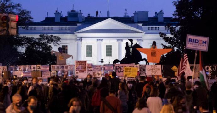 Elezioni Usa 2020, centinaia di manifestanti riuniti davanti alla Casa Bianca. Il corteo in Black Lives Matter Plaza – Le immagini