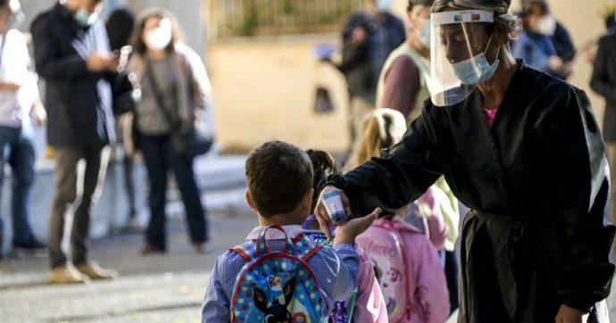 """Mascherine nelle scuole, si cambia. Dopo le lamentele di genitori e insegnanti torna quella """"con elastico"""", più comoda per i bambini"""