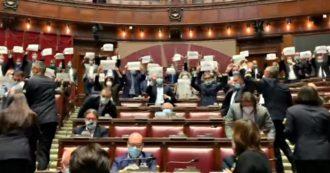 """Legge sull'omotransfobia, centrodestra protesta in Aula con cartelli e bavagli. Dissidenti di Forza Italia votano a favore: """"Diciamo sì con orgoglio"""""""