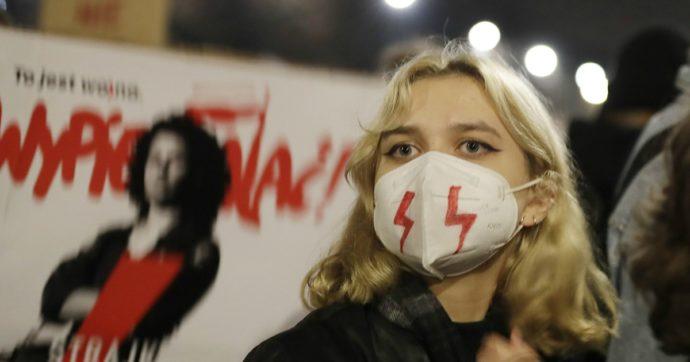Polonia, il governo prende tempo dopo le proteste contro la nuova legge anti-aborto: la sentenza non è stata pubblicata in Gazzetta