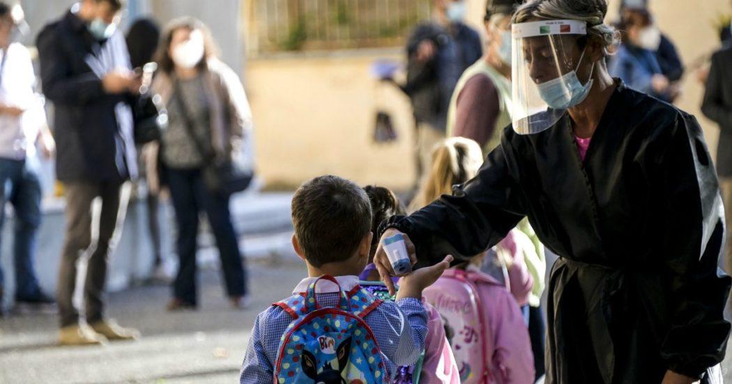"""""""Segnalati docenti negazionisti che scherniscono gli studenti e fanno togliere le mascherine"""": il Cts ha chiesto alla Azzolina di monitorare"""