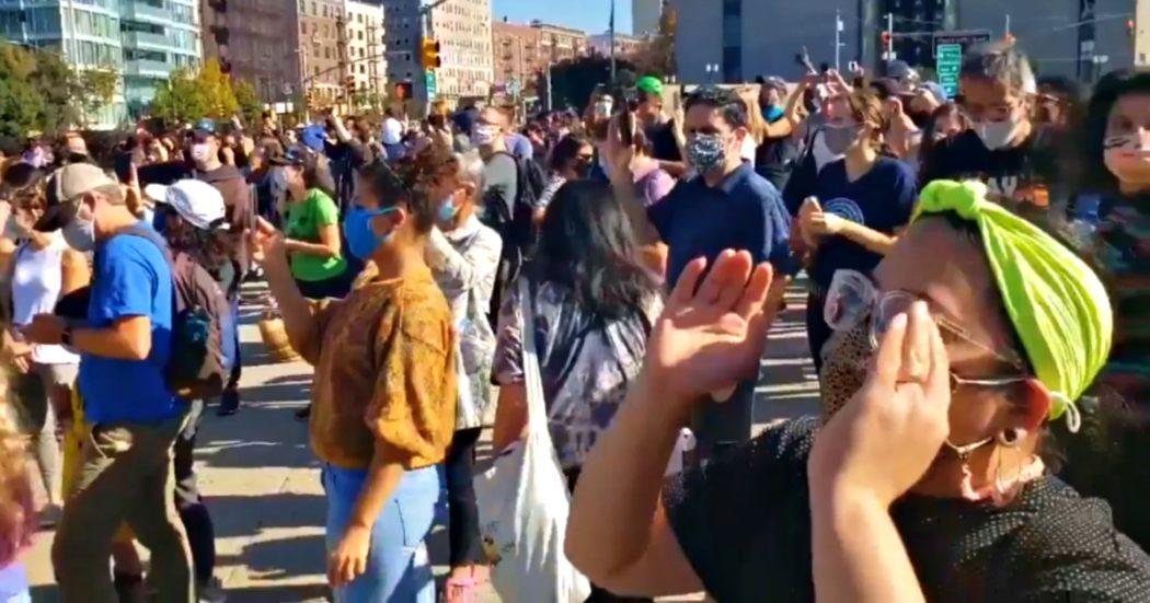 """""""Sei licenziato"""", i cori rivolti a Trump degli americani scesi in strada per festeggiare Biden"""