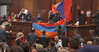 Armenia, folla arrabbiata invade il parlamento e la sede del governo: saccheggiati gli uffici e frantumate le finestre